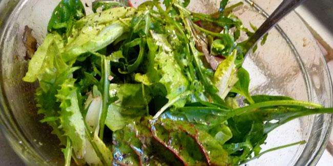 Salade verte et lamelles d'aubergine à l'huile