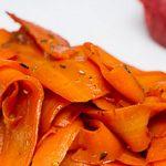Tagliatelles de carottes à la sauce soja : Recette légère, parfumée et assaisonnée à la sauce soja qui rend les carottes fondantes et délicieuses.