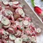 Salade de radis à la ciboulette. Le radis, plante potagère bisannuelle, a une racine pivot à chair blanche comestible. Il peut être de différentes couleurs mais la plus souvent rouge.