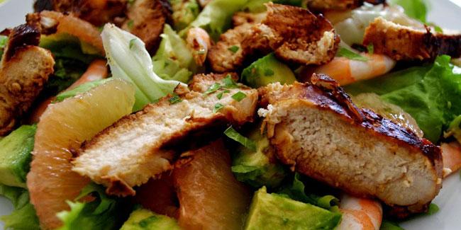 Salade de poulet mariné, crevettes et pamplemousse rose