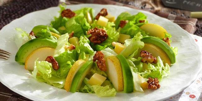 Salade verte aux poires et noix caramélisées