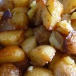 La pomme de terre peut être une source importante de glucides, mais aussi de protéines et de vitamines. Pommes de terre nouvelles à l'ail et lard.