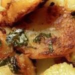 Pommes de terre sarladaises. La pomme de terre peut être une source importante de glucides, mais aussi de protéines et de vitamines.