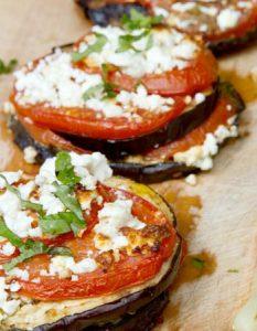 Découvrez des recettes et idées culinaire pour des moments de fête et de partage entre amis lors d'un l'apéro. aubergine tomate feta