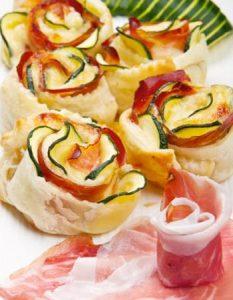 Découvrez des recettes et idées culinaire pour des moments de fête et de partage entre amis lors d'un l'apéro. rose courgette jambon cru