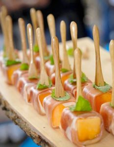 Découvrez des recettes et idées culinaire pour des moments de fête et de partage entre amis lors d'un l'apéro. carré melon jambon