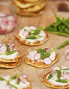 Blinis aux asperges des bois, crème au chèvre et pétales de radis. Découvrez des recettes et idées culinaire pour des moments de fête et de partage entre amis lors d'un l'apéro.