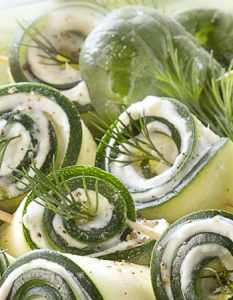 Courgette, fromage frais, saumon fumé, aneth. Découvrez des recettes et idées culinaire pour des moments de fête et de partage entre amis lors d'un l'apéro.