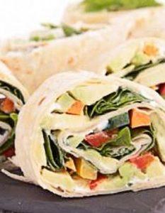 Découvrez des recettes et idées culinaire pour des moments de fête et de partage entre amis lors d'un l'apéro. Wraps croquants aux carottes, concombres et épinards.