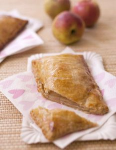 Découvrez des recettes et idées culinaire pour des moments de fête et de partage entre amis lors d'un l'apéro. pommé rennais chausson au pomme