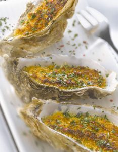 Découvrez des recettes et idées culinaire pour des moments de fête et de partage entre amis lors d'un l'apéro. huitre gratinée persillade