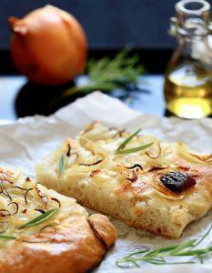 Découvrez des recettes et idées culinaire pour des moments de fête et de partage entre amis lors d'un l'apéro. focaccia oignon