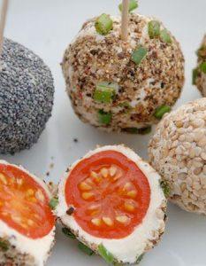 Découvrez des recettes et idées culinaire pour des moments de fête et de partage entre amis lors d'un l'apéro. boulette tomate cerise chèvre