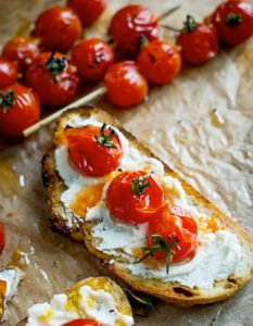 Découvrez des recettes et idées culinaire pour des moments de fête et de partage entre amis lors d'un l'apéro. brochette tomate barbecue tartine ricotta