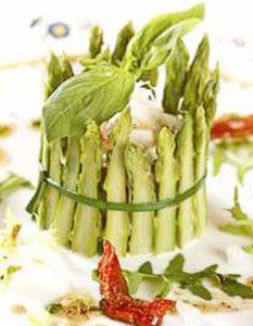 Petites charlottes aux asperges. Elaborer des recettes végétariennes (végan) à partir des produits du potager, légumes et les fruits, souvent qualifiées de recettes minceur.
