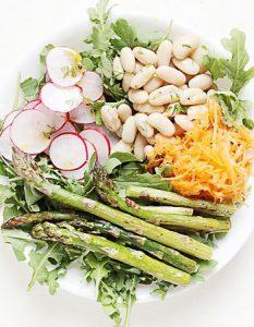 Buddha bowl printanier avec une vinaigrette à l'aneth. Elaborer des recettes végétariennes (végan) à partir des produits du potager, légumes et les fruits, souvent qualifiées de recettes minceur.