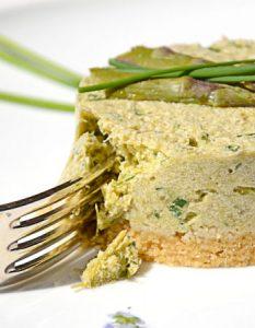 Cheesecake végétal aux asperges et à la ciboulette. Elaborer des recettes végétariennes (végan) à partir des produits du potager, légumes et les fruits, souvent qualifiées de recettes minceur.