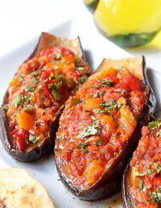Elaborer des recettes végétariennes (végan) à partir des produits du potager, légumes et les fruits, souvent qualifiées de recettes minceur. Aubergine farcie aux poivrons (cuite au four)