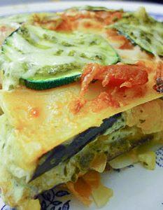 Lasagnes végétariennes : aubergines, courgettes, chèvre et pesto. Elaborer des recettes végétariennes (végan) à partir des produits du potager, légumes et les fruits, souvent qualifiées de recettes minceur.