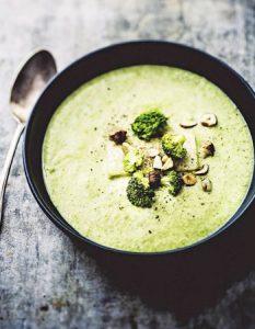 Crème de brocoli aux noisettes. Elaborer des recettes végétariennes à partir des produits du potager, légumes et les fruits, souvent qualifiées de recettes minceur.