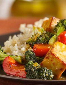 Tofu à l'orange et au sésame avec brocoli. Elaborer des recettes végétariennes (végan) à partir des produits du potager, légumes et les fruits, souvent qualifiées de recettes minceur.