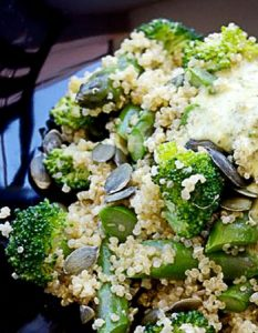 Quinoa en salade, asperges vertes, fleurettes de brocoli et sauce au pesto. Elaborer des recettes végétariennes (végan) à partir des produits du potager, légumes et les fruits, souvent qualifiées de recettes minceur.