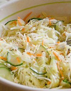 Salade de chou blanc à la japonaise. Elaborer des recettes végétariennes (végan) à partir des produits du potager, légumes et les fruits, souvent qualifiées de recettes minceur.