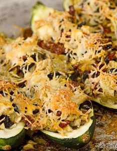 Courgettes farcies aux artichauts, olives et tomates séchées. Elaborer des recettes végétariennes (végan) à partir des produits du potager, légumes et les fruits, souvent qualifiées de recettes minceur.
