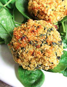 burgers de quinoa aux épinards et carottes. Elaborer des recettes végétariennes (végan) à partir des produits du potager, légumes et les fruits, souvent qualifiées de recettes minceur.