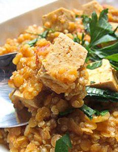 Curry de tofu, lentilles corail et quinoa. Elaborer des recettes végétariennes (végan) à partir des produits du potager, légumes et les fruits, souvent qualifiées de recettes minceur.