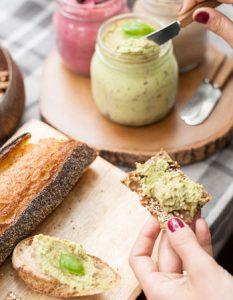 Découvrez des recettes et idées culinaire pour des moments de fête et de partage entre amis lors d'un l'apéro. tartinade noix avocat basilic