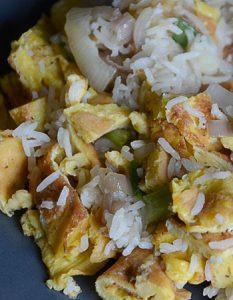 Riz sauté aux oignons (végétarien). Elaborer des recettes végétariennes (végan) à partir des produits du potager, légumes et les fruits, souvent qualifiées de recettes minceur.