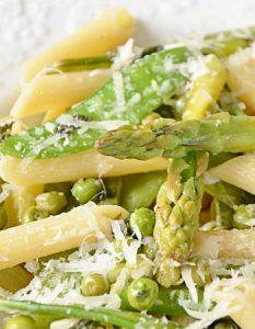 Pasta primavera {asperges, petits pois, pois gourmands et parmesan}. Elaborer des recettes végétariennes (végan) à partir des produits du potager, légumes et les fruits, souvent qualifiées de recettes minceur.