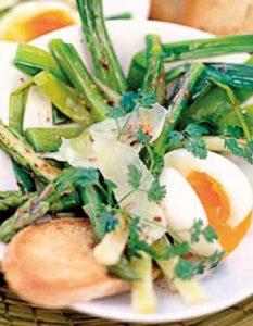 Poireaux et asperges tièdes œufs mollets et parmesan. Elaborer des recettes végétariennes (végan) à partir des produits du potager, légumes et les fruits, souvent qualifiées de recettes minceur.