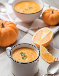 Soupe Potiron, Carotte et Orange. Elaborer des recettes végétariennes (végan) à partir des produits du potager, légumes et les fruits, souvent qualifiées de recettes minceur.