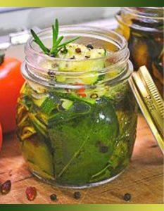 Courgettes et d'aubergines marinées. Des recettes de conserves pour les légumes et fruits de votre potager et de votre verger : lacto-fermentation, stérilisation, sel, sucre, huile, vinaigre