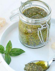 pesto basilic. Des recettes de conserves pour les légumes et fruits de votre potager et de votre verger : lacto-fermentation, stérilisation, sel, sucre, huile, vinaigre