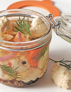 Pickles de chou-fleur. Des recettes de conserves pour les légumes et fruits de votre potager et de votre verger : lacto-fermentation, stérilisation, sel, sucre, huile, vinaigre