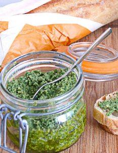 Pesto au chou Kale et aux noix de cajou. Des recettes de conserves pour les légumes et fruits de votre potager et de votre verger : lacto-fermentation, stérilisation, sel, sucre, huile, vinaigre