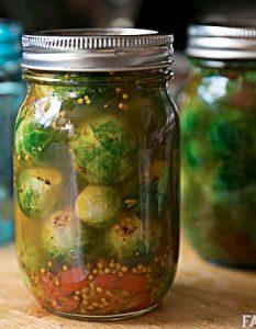 Pickles de choux de Bruxelles. Des recettes de conserves pour les légumes et fruits de votre potager et de votre verger : lacto-fermentation, stérilisation, sel, sucre, huile, vinaigre