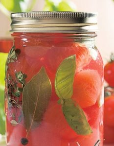 tomate basilic. Des recettes de conserves pour les légumes et fruits de votre potager et de votre verger : lacto-fermentation, stérilisation, sel, sucre, huile, vinaigre