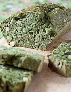 Cake aux petits pois et fanes de radis. Elaborer des recettes végétariennes (végan) à partir des produits du potager, légumes et les fruits, souvent qualifiées de recettes minceur.
