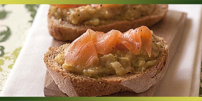 Tartine au saumon fumé, confit de fenouil et rhubarbe