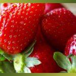 La fraise, sur les marchés, sa couleur est attirante et son parfum nous annonce les beaux jours du printemps …